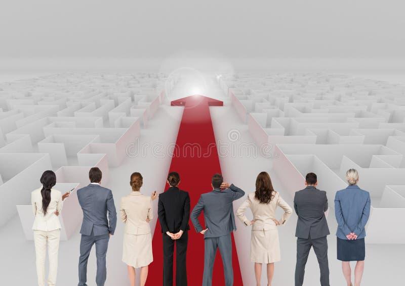 Unternehmensleiter, die den roten Pfeil durchläuft ein Labyrinth betrachten stockfotos