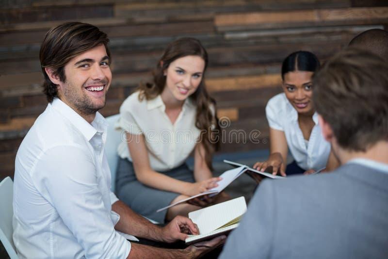 Unternehmensleiter, die im Büro arbeiten lizenzfreies stockbild