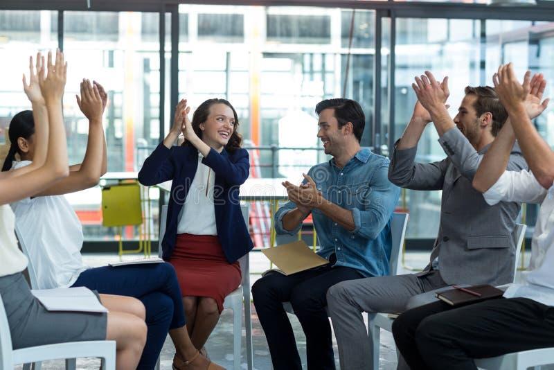 Unternehmensleiter, die nach Darstellung applaudieren lizenzfreies stockfoto