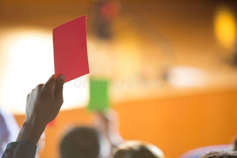 Unternehmensleiter zeigen ihre Missbilligung, indem sie Hände anheben lizenzfreies stockfoto