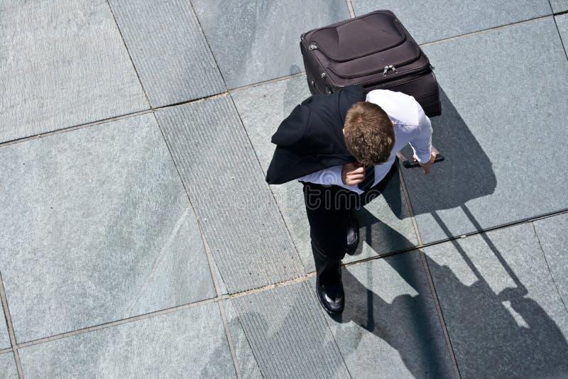 Unternehmensmann mit Gepäck-und Kostüm-Jacke lizenzfreie stockfotos