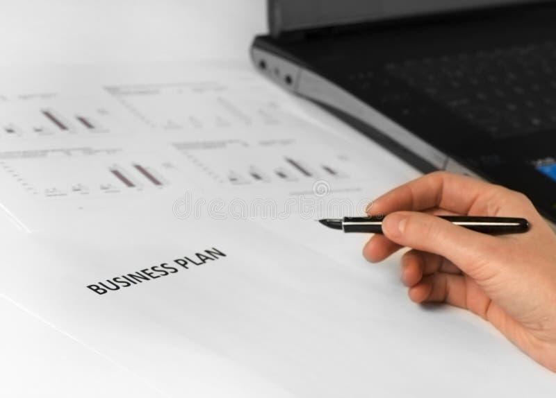 Unternehmensplan mit der Hand + Feder lizenzfreie stockbilder