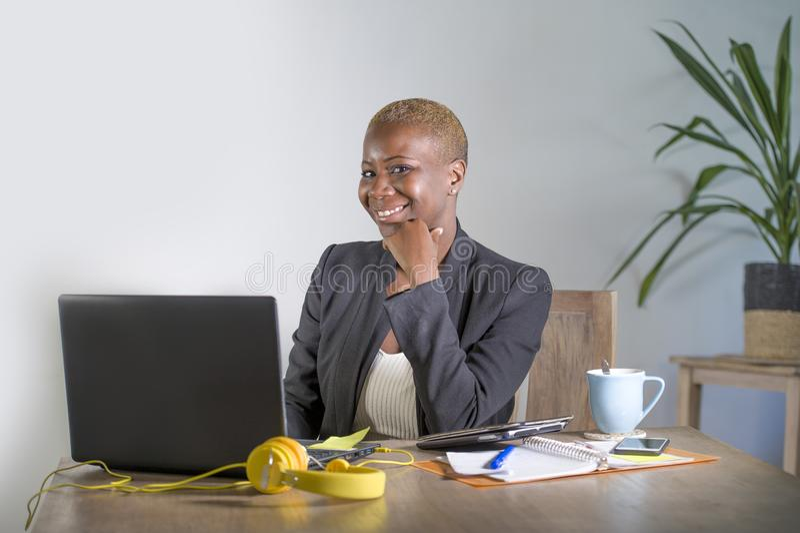 Unternehmensporträt der jungen glücklichen und erfolgreichen schwarzen afroen-amerikanisch Geschäftsfrau, die an modernes Büro lä lizenzfreie stockbilder