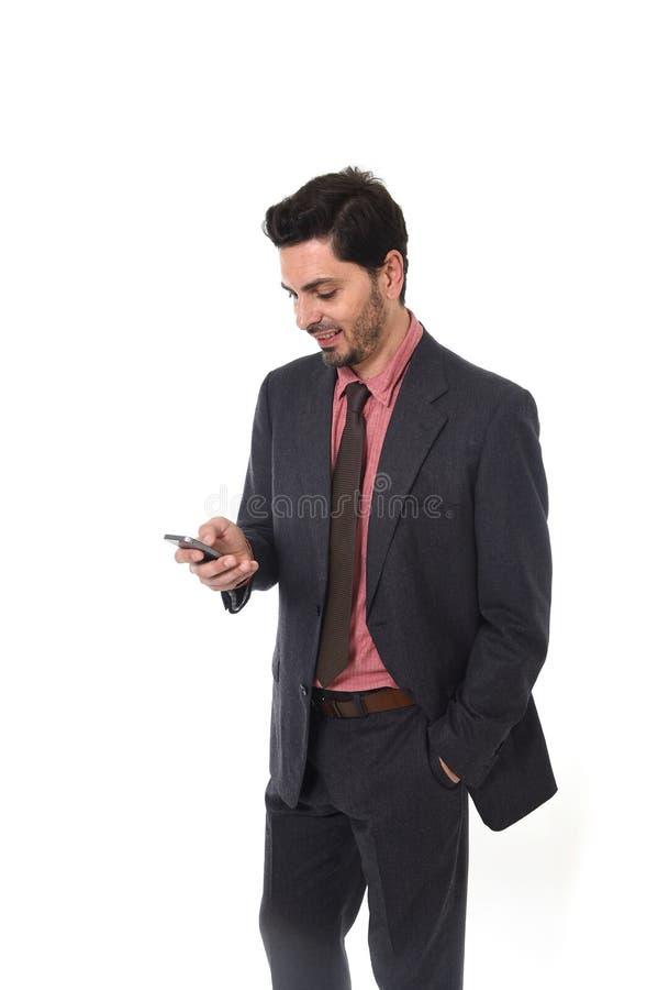 Unternehmensporträt des jungen attraktiven Geschäftsmannes der lateinischen hispanischen Ethnie mit Handy stockbilder
