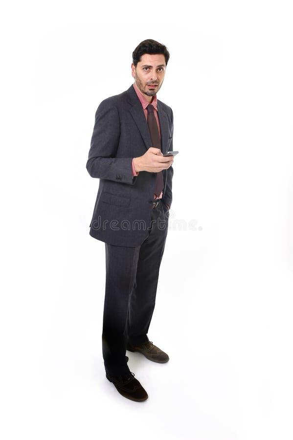 Unternehmensporträt des jungen attraktiven Geschäftsmannes der lateinischen hispanischen Ethnie mit Handy lizenzfreie stockfotos