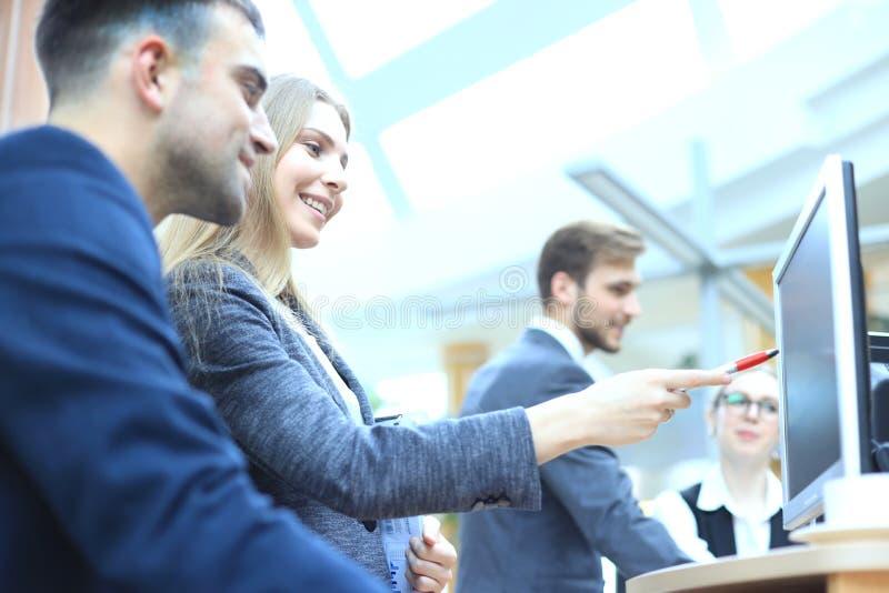 Unternehmensteamarbeitskollegen, die im modernen B?ro arbeiten lizenzfreie stockbilder