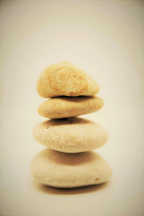 Unternehmenszensteine und Meditationskiesel ragen sich entspannen für Sinnes- und Körperturmsteinzen hoch lizenzfreies stockbild