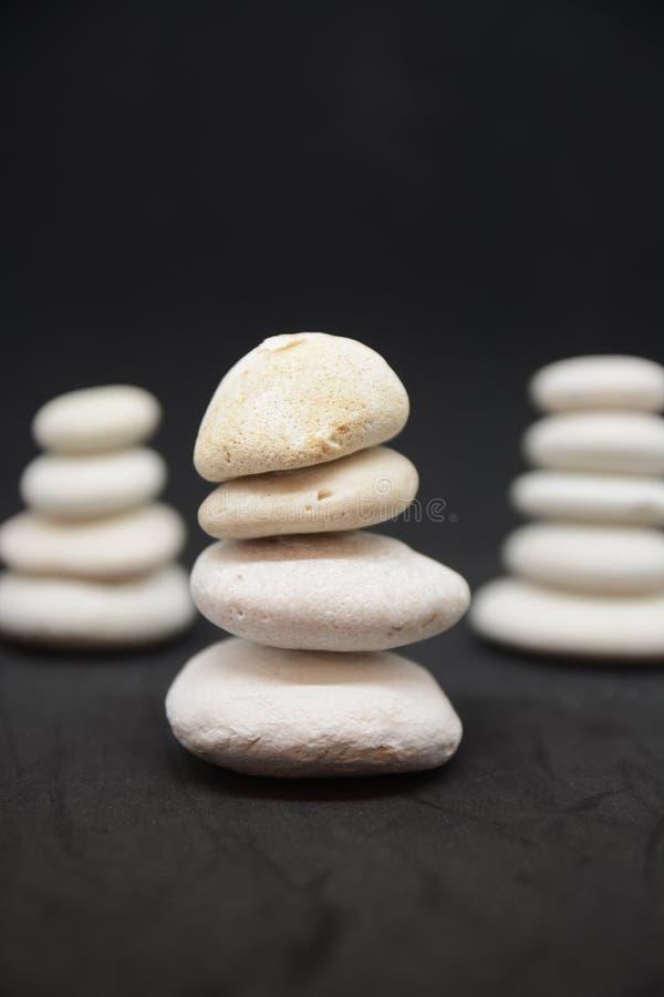 Unternehmenszensteine und Meditationskiesel ragen sich entspannen für Sinnes- und Körperturmsteinzen hoch stockfotos