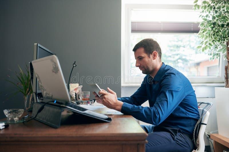 Unternehmer, der eine digitale Tablette für Geschäft in einem Büro verwendet stockfotos
