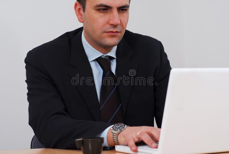Unternehmer, der an seinem Laptop arbeitet lizenzfreies stockfoto