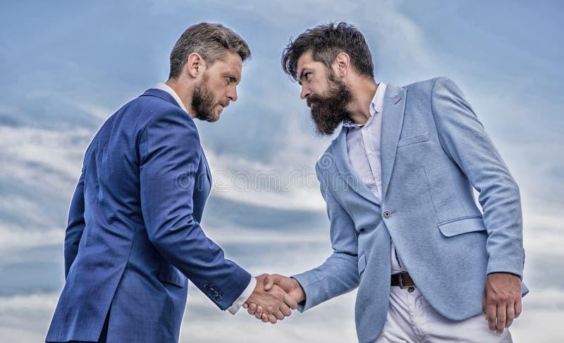 Unternehmer, die erfolgreiches Abkommen des Handsymbols r?tteln Sicheres Zeichen sollten Sie Verm?gensverwaltungspartner Manngese lizenzfreie stockfotografie