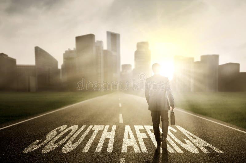 Unternehmer mit Koffer und Südafrika-Wort stockfotos