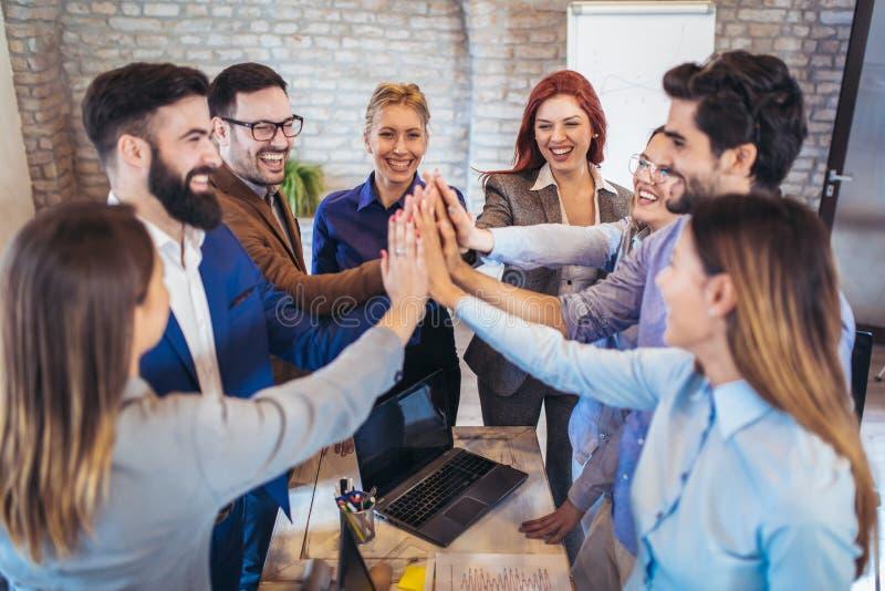 Unternehmer und Geschäftsleute, die Ziele erzielen lizenzfreie stockbilder
