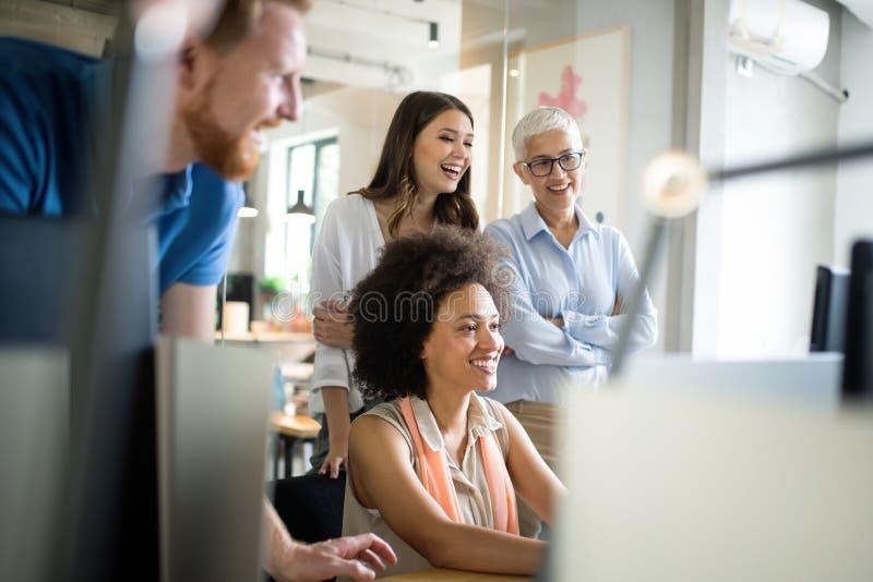 Unternehmer und Gesch?ftsleute Konferenz im Konferenzzimmer lizenzfreies stockbild