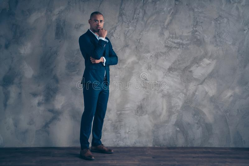 Unternehmervorsitzend-CEO Körpergrößen-Fotos des in voller Länge spornte ernster fokussierter starker kahle Lösung des kurzen Haa lizenzfreie stockfotos