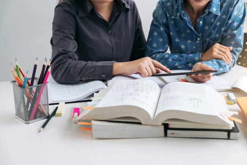 Unterrichten Sie Bücher mit Freunden, jungem Studentencampus oder Mitschülern er stockfotos