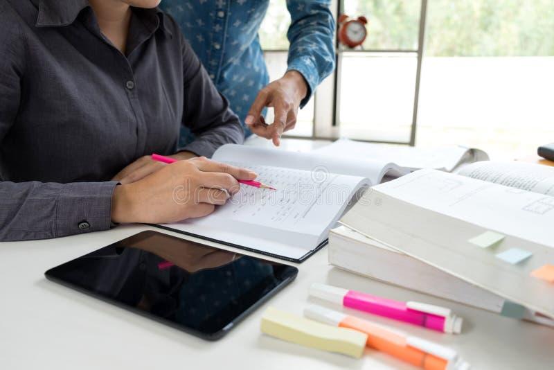 Unterrichten Sie Bücher mit Freunden, jungem Studentencampus oder Mitschülern er lizenzfreie stockbilder