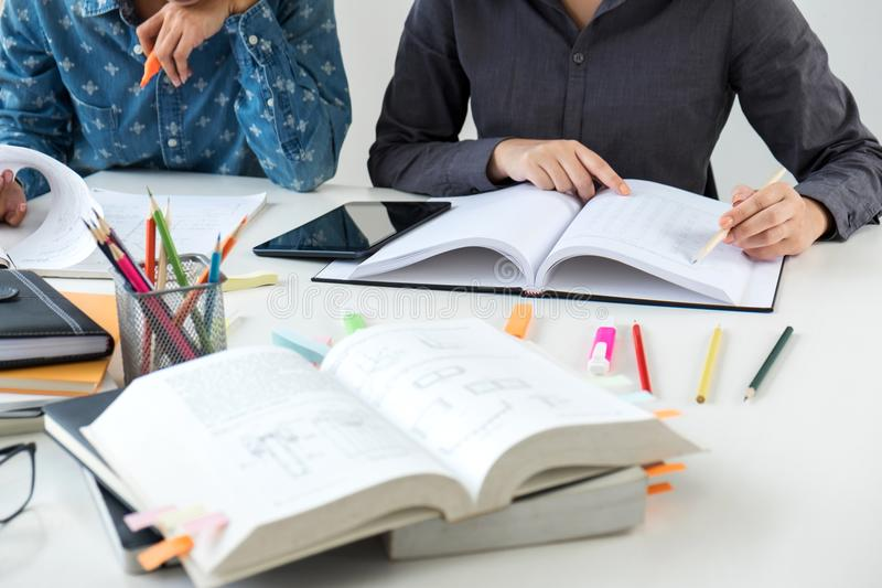 Unterrichten Sie Bücher mit Freunden, jungem Studentencampus oder Mitschülern er stockfoto