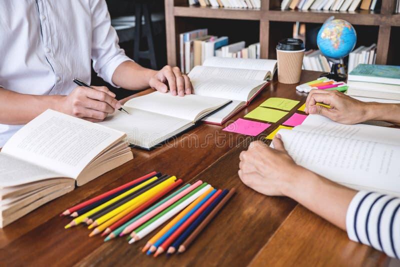 Unterrichten Sie Bücher mit Freunden, jungem Studentencampus oder Mitschülern er stockbilder