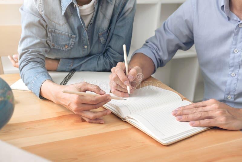 Unterrichten Sie Bücher mit Freunden, jungem Studentencampus oder Mitschülern er lizenzfreies stockfoto