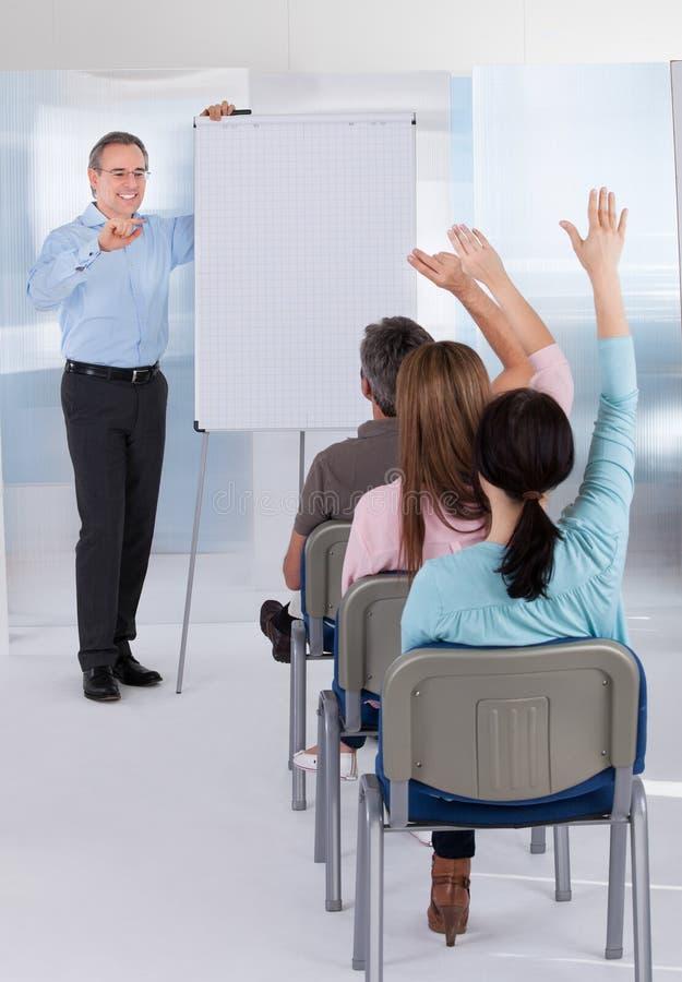 Unterrichtende Studenten des reifen Lehrers stockbild