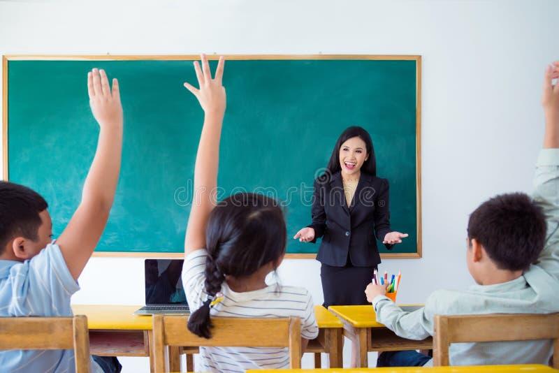 Unterrichtender Student des Lehrers im Klassenzimmer stockfoto