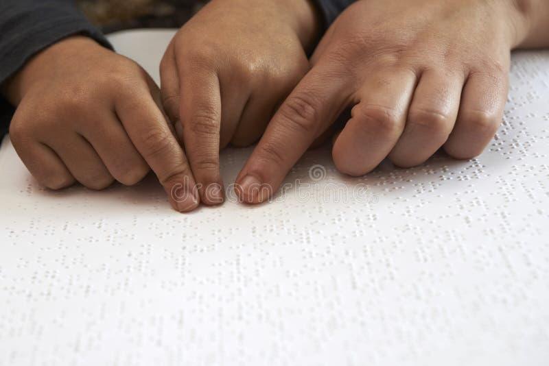 Unterrichtendes blid scherzen, um Text in Blindenschrift zu lesen stockfotografie