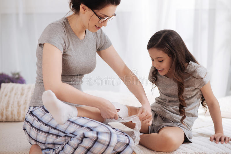 Download Unterrichtendes Gesundheitswesen Der Intelligenten Jungen Mutter Ihr Kind Zu Hause Stockbild - Bild von heilung, medizinisch: 90237643