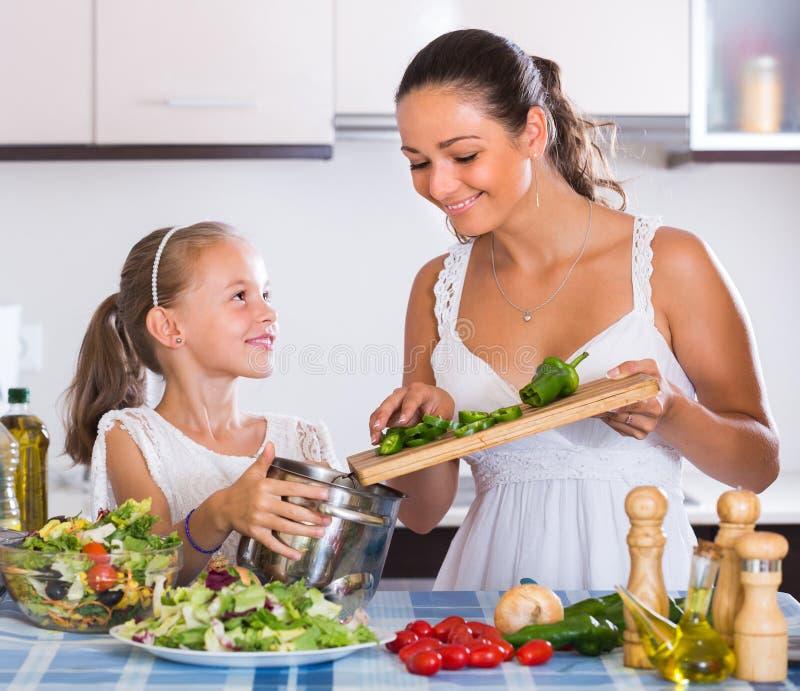 Unterrichtendes Mädchen der Frau zu kochen lizenzfreies stockfoto