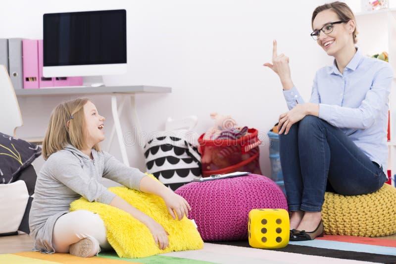 Unterrichtendes Mädchen des Psychotherapeuten zu zählen lizenzfreie stockbilder