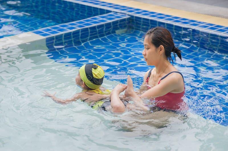 Unterrichtendes Schwimmen stockbilder
