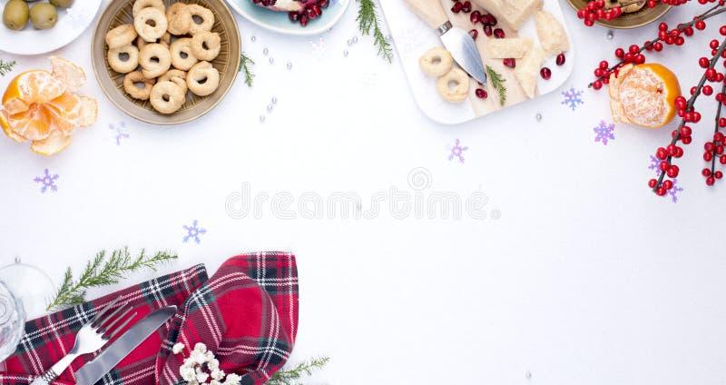 Unterschiedliche Aperitifs und razdnichnaya Gedeck für eine Partei Feier von Weihnachten in der Firma Tabelle mit Draufsicht des  lizenzfreie stockbilder