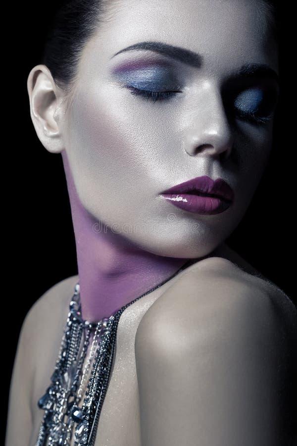 Unterschiedliche Art der Schönheit junges schönes Mode-Modell mit Silber, Purpur, blauem Make-up und glänzender silberner Schmuck stockfotos