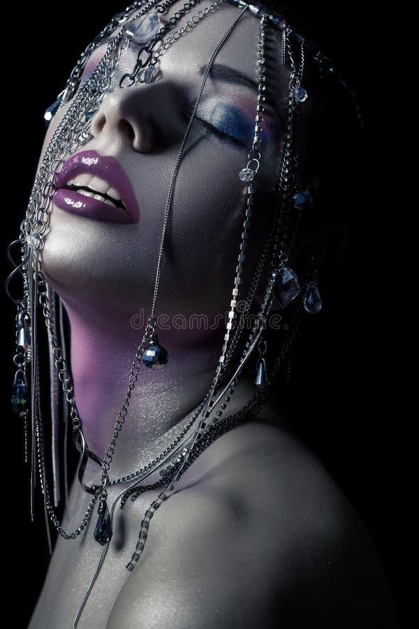 Unterschiedliche Art der Schönheit junges schönes Mode-Modell mit Silber, Purpur, blauem Make-up und glänzender silberner Schmuck stockbilder