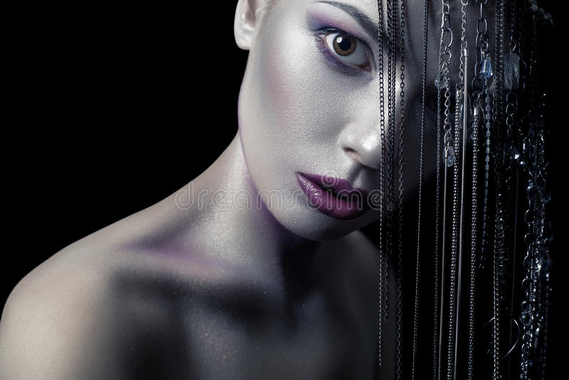 Unterschiedliche Art der Schönheit junges schönes Mode-Modell mit Silber, Purpur, blauem Make-up und glänzender silberner Schmuck lizenzfreie stockfotos