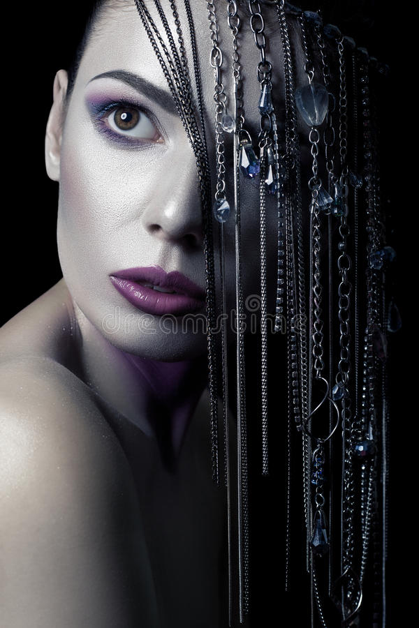 Unterschiedliche Art der Schönheit junges schönes Mode-Modell mit Silber, Purpur, blauem Make-up und glänzender silberner Schmuck lizenzfreies stockbild