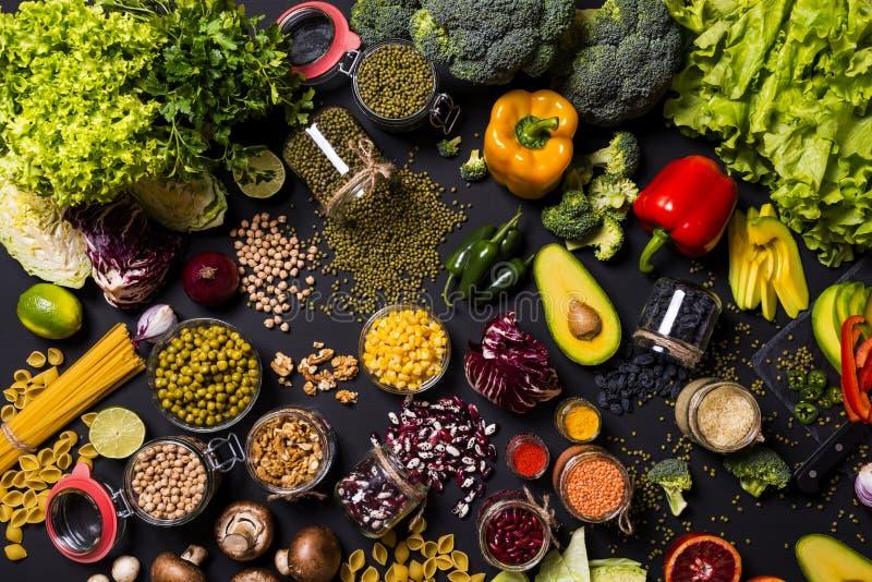 Unterschiedliche bunte frische Nahrung des strengen Vegetariers Flache Lage lizenzfreie stockbilder