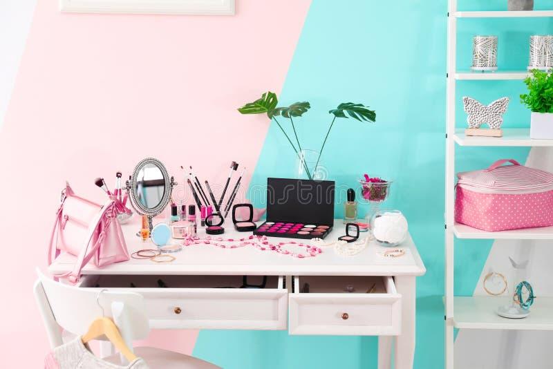 Unterschiedliche dekorative Kosmetik und Zubehör lizenzfreies stockbild