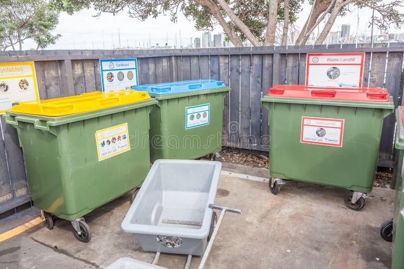 Unterschiedliche Farbe auf Plastikpapierkörben parken öffentlich, environm lizenzfreie stockfotos