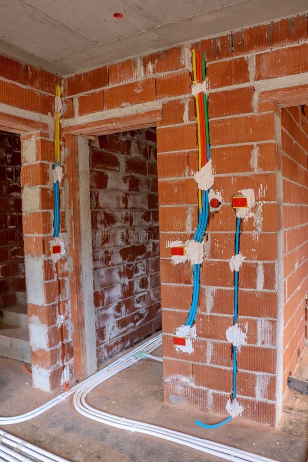 Unterschiedliche Farbelektrische Installation im Haus stockfotografie