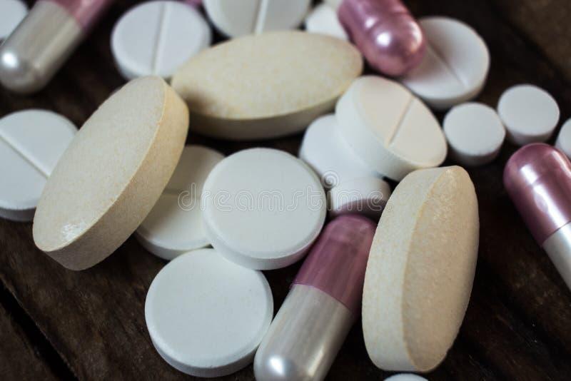 Unterschiedliche Größe der makro weißen Pillen stockbilder