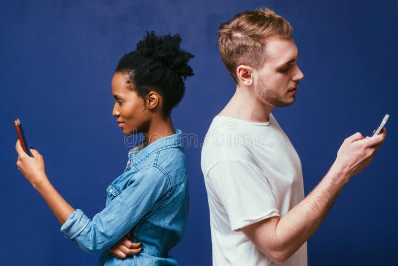Unterschiedliche Leute der Technologie Mann, Frau mit Telefon stockfotos