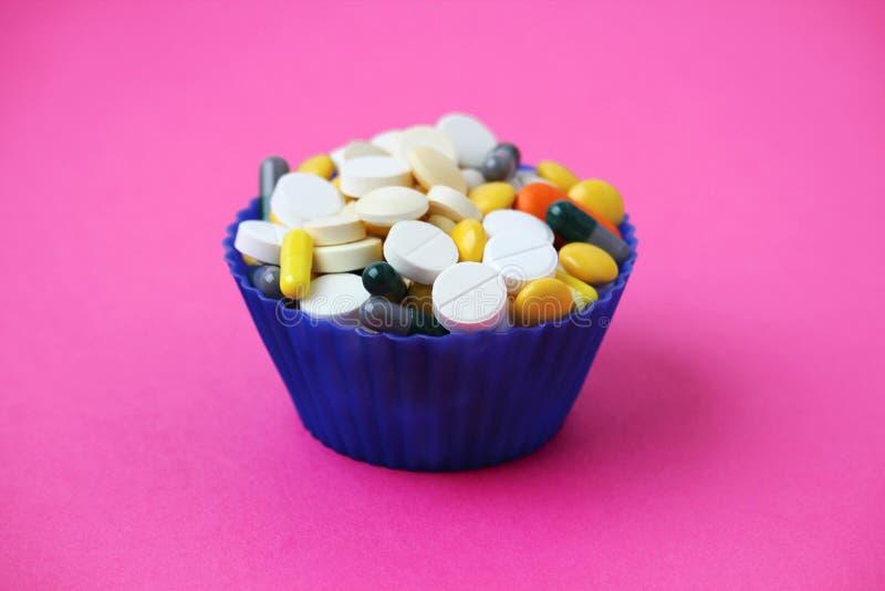 Unterschiedliche Medizin in einer Form des kleinen Kuchens lizenzfreie stockfotografie