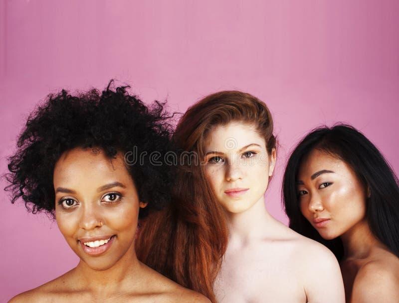 Unterschiedliche Nation: afrikanisch-amerikanisch, kaukasisch, asiatisch, isoliert auf weißem Hintergrund glücklich lächelnd, vie lizenzfreies stockbild