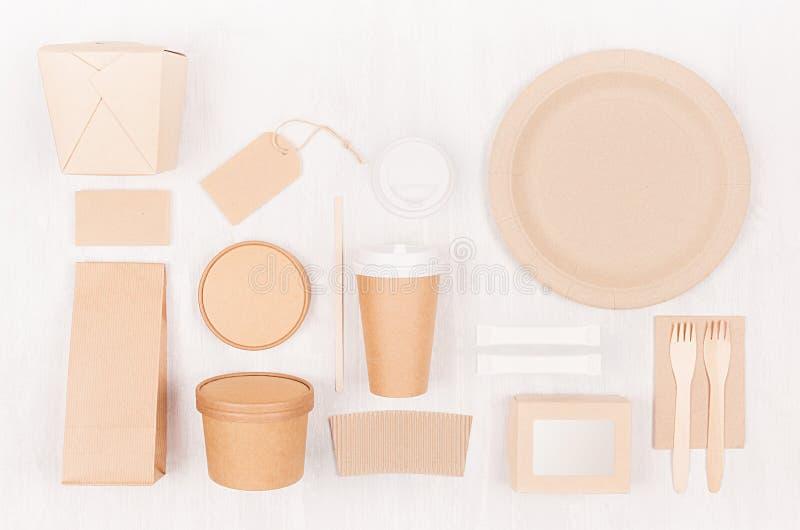 Unterschiedliche Pappe des freien Raumes, die für Schnellimbiß - Kaffeetasse, Aufkleber, Karte, Tischbesteck, Zucker, Gewürz, Beh stockfotografie