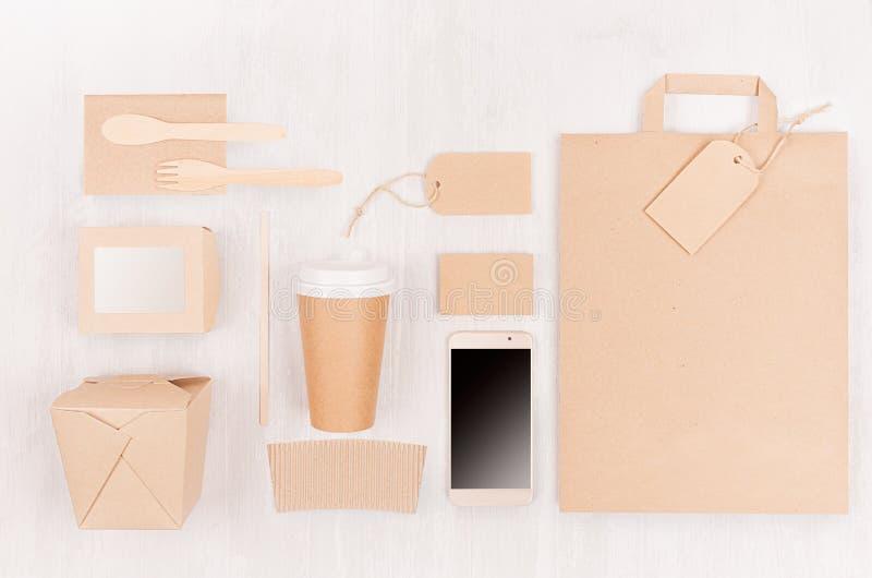 Unterschiedliche Pappe des freien Raumes, die für Schnellimbiß - Kaffeetasse, Schirmtelefon, Tischbesteck, Zucker, Gewürz, Behält stockfotografie