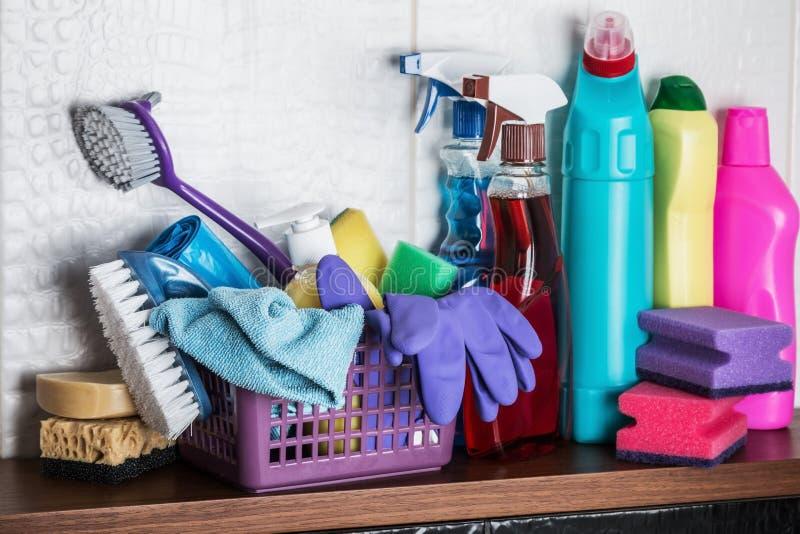 Unterschiedliche Pflegeprodukte und Reinigungsmittel auf dem Boden im Toilettenraum lizenzfreie stockfotos