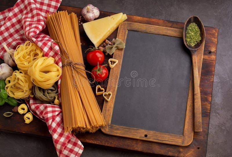 Unterschiedliche Teigwaren und Tafel stockfotografie
