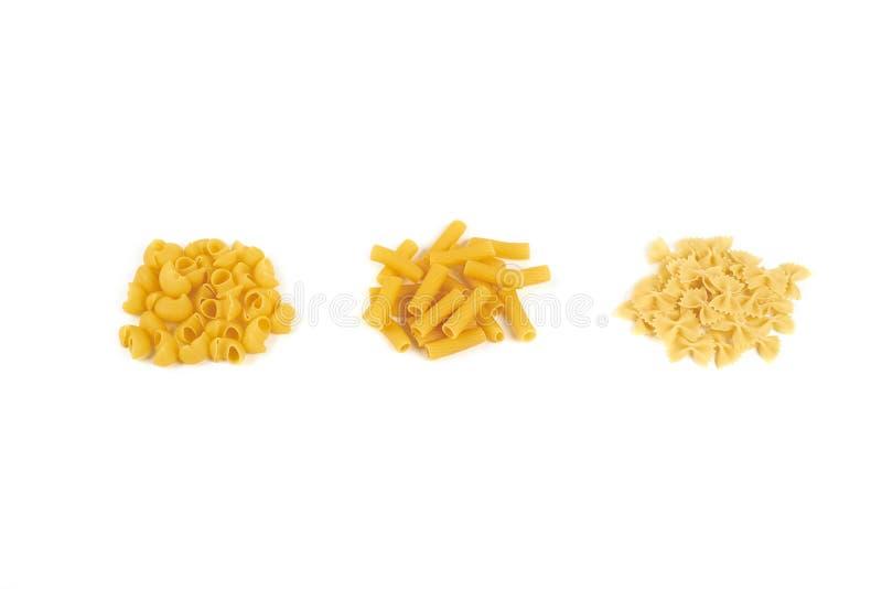Unterschiedliche Teigwarenvielzahl lokalisiert auf weißem Hintergrund stockfotos