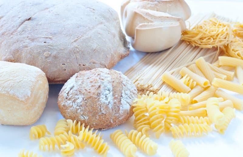 Unterschiedliche Vielzahl von italienischen Teigwaren und von selbst gemachtem Brot stockfoto